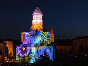 Son et lumière sur la façade de la basilique romane Saint-Julien de Brioude, Haute-Loire, Auvergne