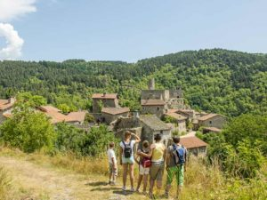 Le village de Chalencon, Balades à pied en famille, Loisirs de pleine nature, Haute-Loire, Auvergne