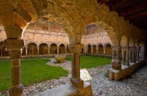 Voûtes et colonnes du cloître de Lavaudieu, Haute-Loire, Auvergne