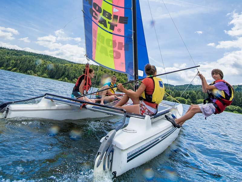 Base de voile à l'aire Respirando du Lac de Lavalette, baignade et sports aquatiques au Pays de la Jeune Loire, loisirs de pleine nature, Haute-Loire, Auvergne