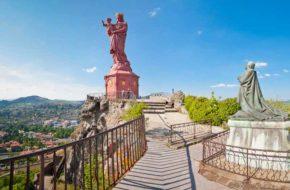 La Statue Notre-dame de France offre un panorama sur la ville du Puy-en-Velay, Haute-Loire, Auvergne