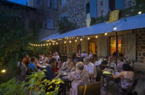 """Le Puy-en-Velay - La terrasse du restaurant """"Comme à la maison""""."""