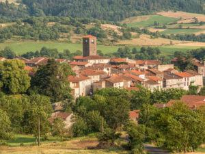 Village de Chilhac et ses vestiges historiques : église romane, tours et porches d'entrée de l'ancien château, Haute-Loire, Auvergne