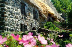 Village typique de Moudeyres avec ses chaumières traditionnelles, Haute-Loire, Auvergne