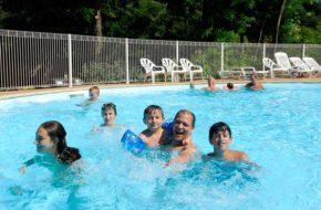 En famille dans la piscine du village vacances de Lavoute-Chilhac
