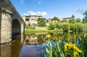 Village de Lavaudieu au bord de la Senouire, villes et villages fleuris, Haute-Loire, Auvergne