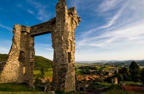 Village d'Allègre, Boucle moto à la journée : Les lacets du Brivadois, Haute-Loire, Auvergne