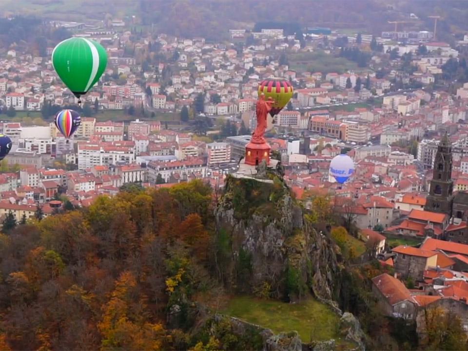 Montgolfières volant au dessus de la Statue Notre Dame de France et la Cathédrale du Puy-en-Velay