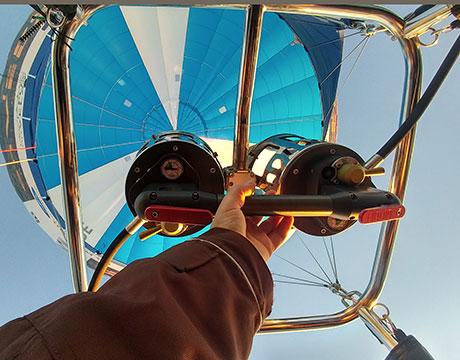 Le brûleur de la montgolfière, l'outil indispensable pour rester la tête dans les nuages