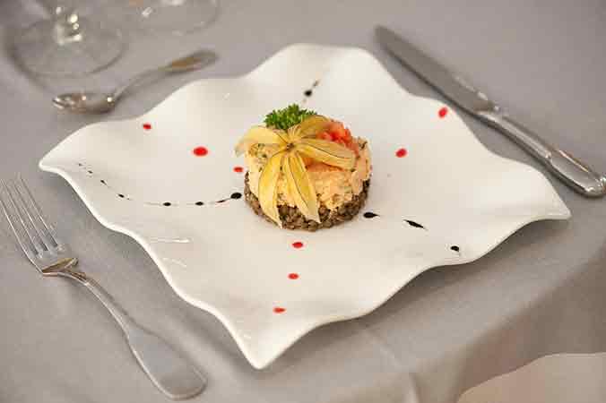 Tartare-de-truite-sur-lit-de-lentilles-vertes-du-Puy-SITHL