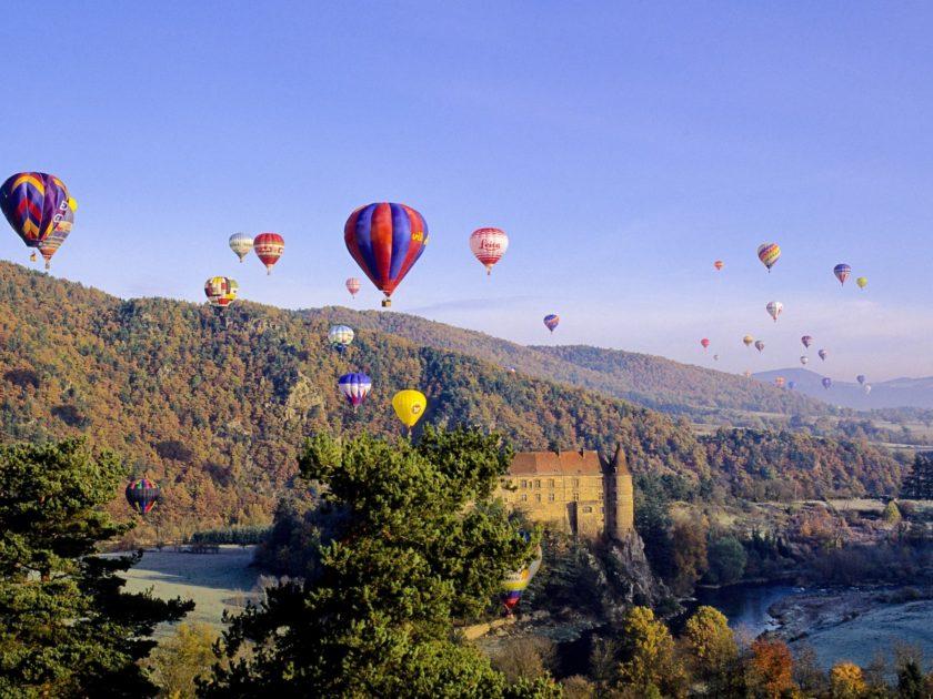SEJ_Baptême en Montgolfière_montgolfière dans les gorges de la Loire près du château de Lavoute-Polignac