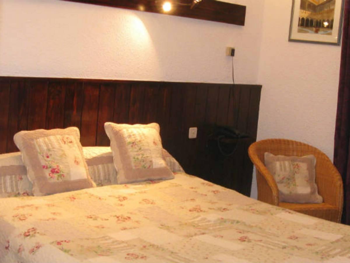 chambres d 39 h tes l 39 echo et l 39 abbaye chambre d 39 h tes la chaise dieu auvergne vacances. Black Bedroom Furniture Sets. Home Design Ideas
