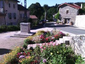 EQUI_PR 616 – La Croix de Laveze_place de l'église, départ de randonnée