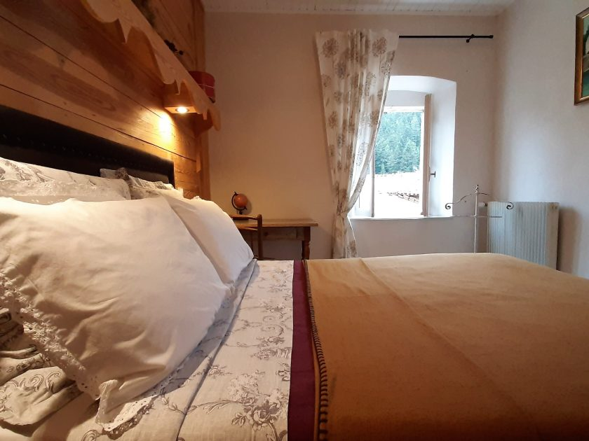 HEB_chambredhoteMaisonsouslesetoiles_chambre cassiopée lit