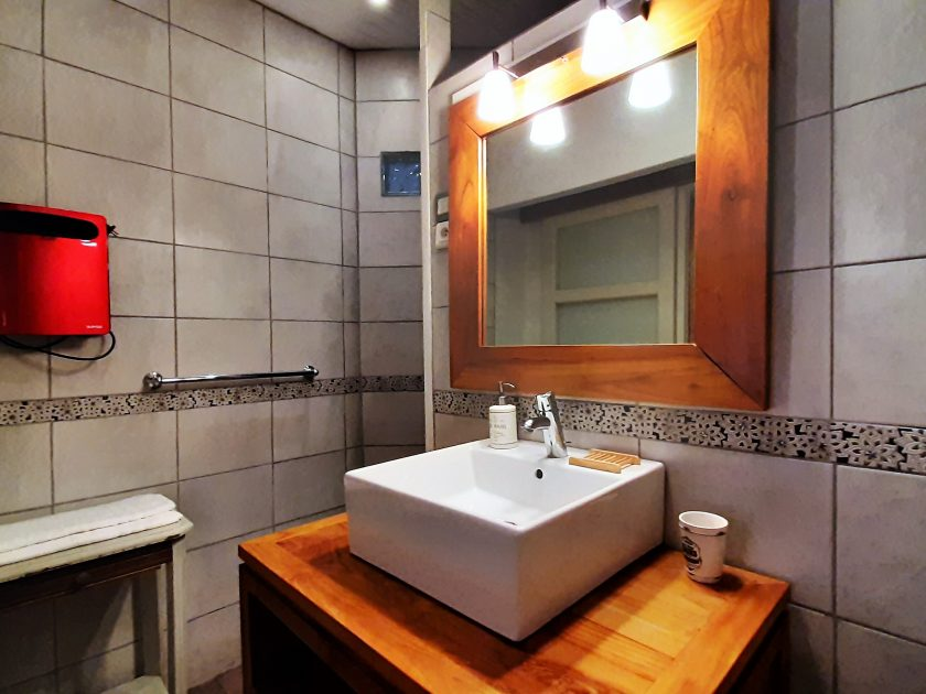 HEB_chambredhoteMaisonsouslesetoiles_chambre cassiopée espace salle de bain