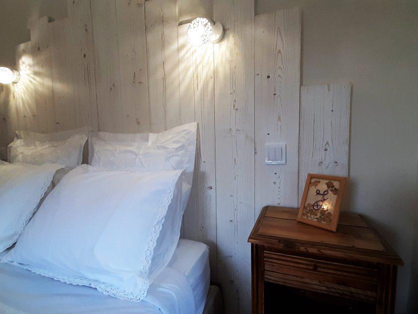 HEB_chambredhoteMaisonsouslesetoiles_chambre grande ourse_ tête de lit