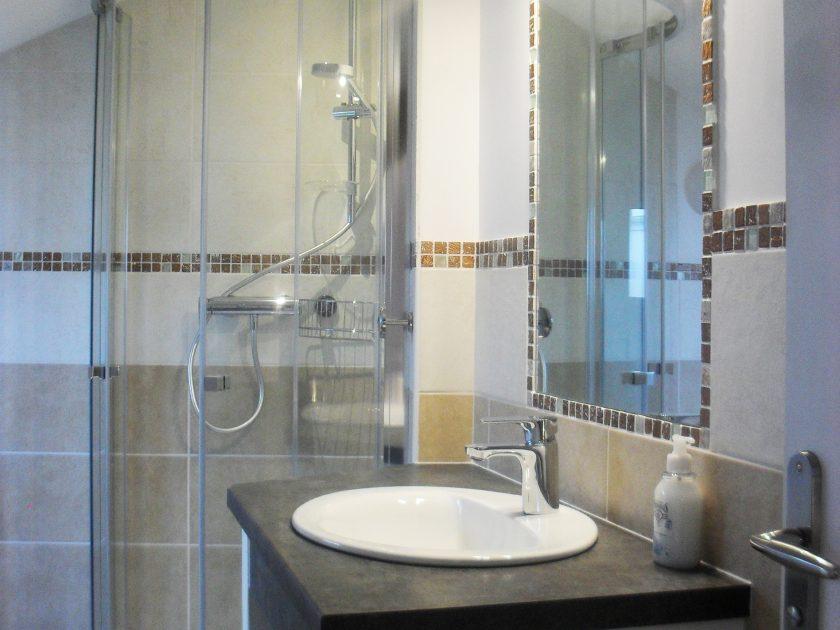 HLO_Gîte La Coccinelle_espace salle de bain chambre mansardée